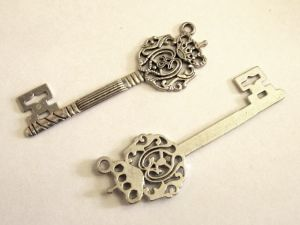 Pendant big key with crown