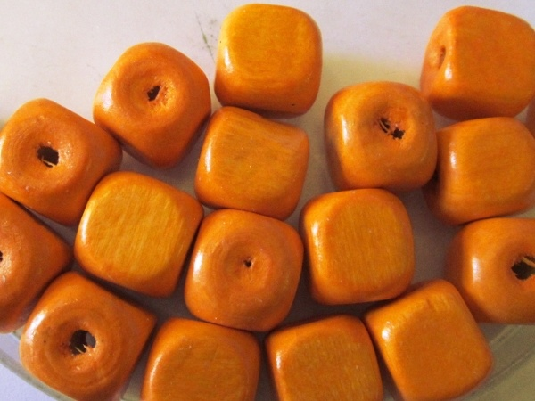 Wood bead cube orange (13,5mm)