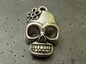 Pendant skull with flower