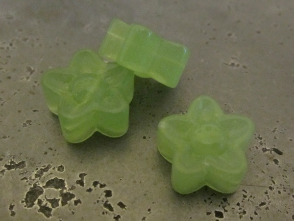 Glass bead flower green (30pcs)