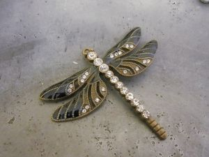 Pendant dragonfly dark blue/ brass