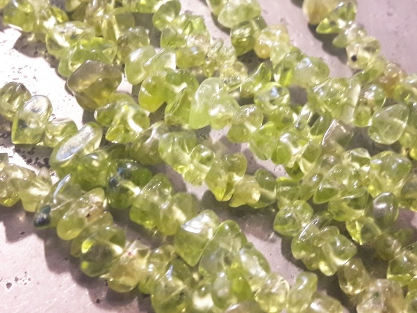 Quartz chip dyed green 4-7mm (90cm)