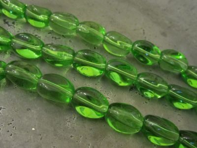 Glass bead curvy green